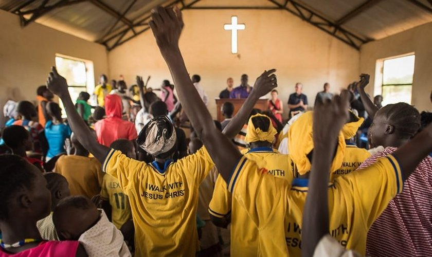 Cristãos sudaneses no culto. (Foto: Reprodução/Samaritans Purse)