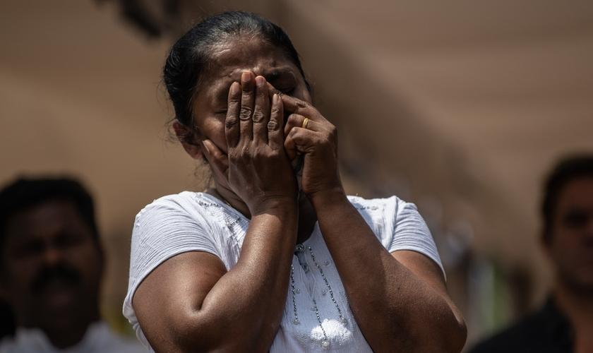 Mulher chora durante funeral de uma das vítimas do ataque do domingo de Páscoa no Sri Lanka. (Foto: Getty Images/Carl Court)