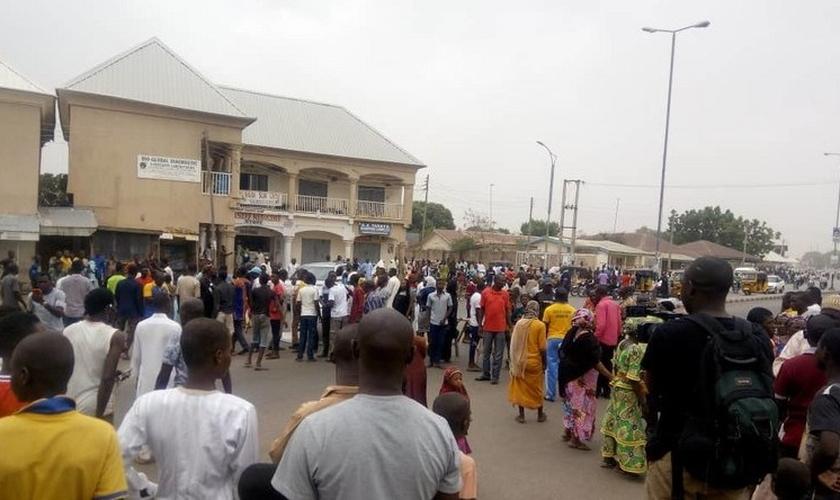 Multidão assistia à marcha dos Boys Brigade no Dia de Páscoa, em Gombe, Nigéria. (Foto: Reprodução/The Herald)