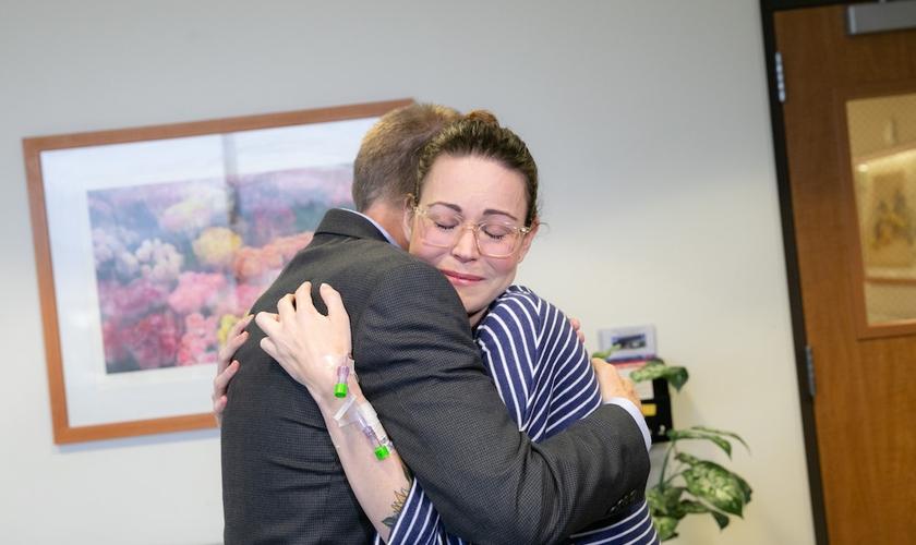 O doador de fígado, Damian Delaney, e a destinatária, Breana Shaw, se encontram pela primeira vez no Hospital Keck, em Los Angeles. (Foto: Ricardo Carrasco III/Keck Medici/TNS)