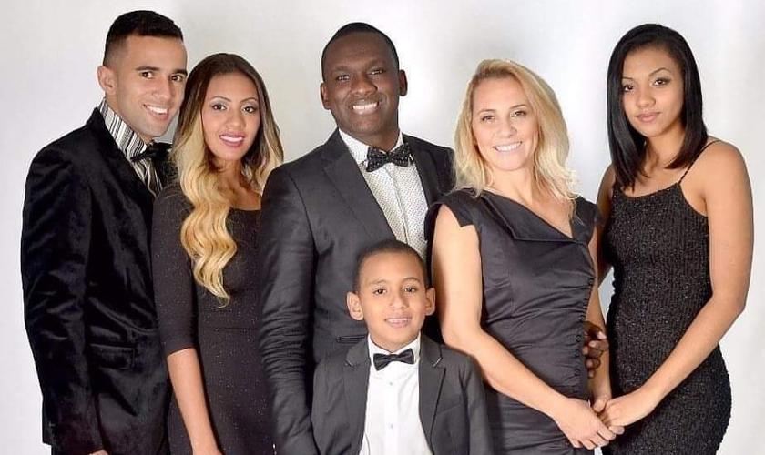 Robson Staines e sua família. (Foto: Arquivo pessoal)