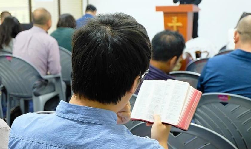Cristãos chineses leem a Bíblia em uma igreja em Nairóbi. (Foto: Reprodução/CNN)