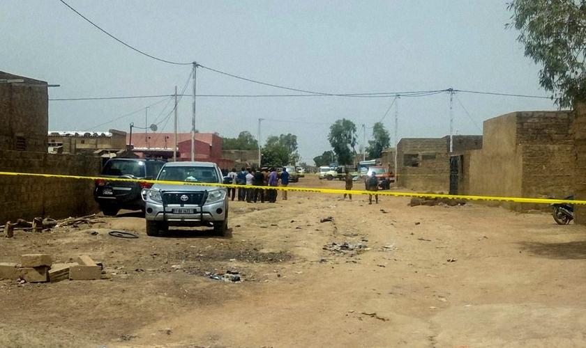 Preservação de cena do crime ocorrido em igreja evangélica em Burkina Faso. (Foto: Reprodução/IstoÉ)