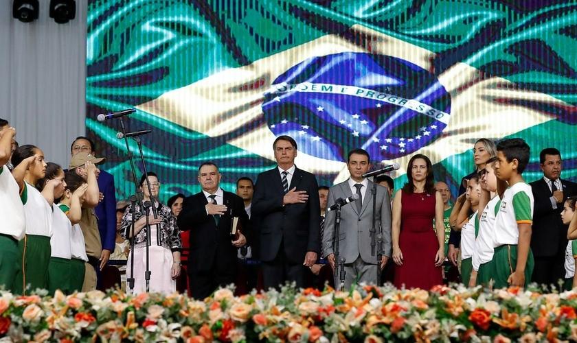 Presidente Bolsonaro ouve a execução do Hino Nacional na abertura oficial do 37º Gideões Missionários. (Foto: Alan Santos/PR)
