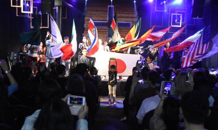 Momento de oração em conferência na Igreja Apostólica Restaurando Nações, no Japão. (Foto: IARN Japan)