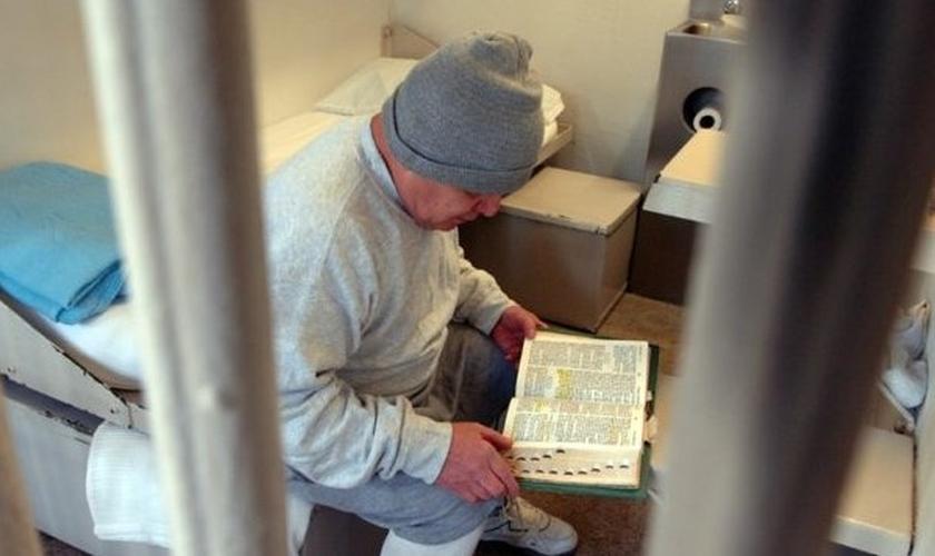 Prisioneiro volta-se para Jesus e tem experiências com Deus. (Foto: Reprodução/God Reports)