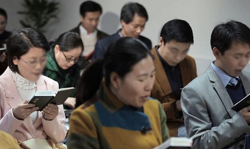 Chineses em sua prática de fé cristã. (Foto: Reprodução/Bitter Winter)