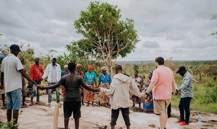 Missionários se reuniram com moradores de Macomia, em Cabo Delgado, para orar e levar ajuda. (Foto: Iris Global)