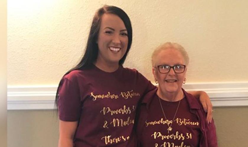 Após 19 anos na cadeira de rodas, Jaydee Anderson (à direita) levantou em um momento de adoração. (Foto: Reprodução/AG News)