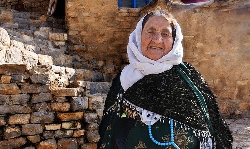 Imagem ilustrativa de mulher idosa de origem curda, no Oriente Médio. (Foto: Behnam Safarzadeh)