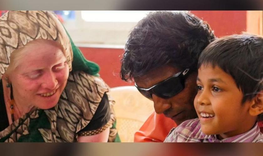 Pastor Balu e sua família. (Foto: Reprodução/ ADF International)