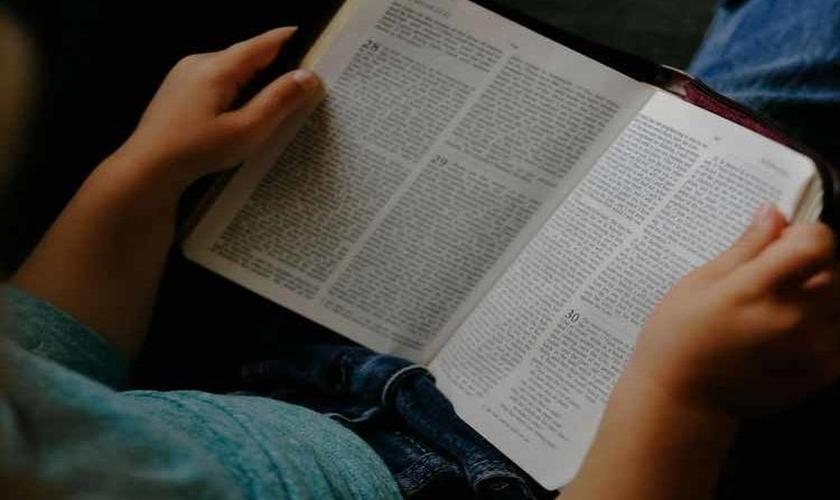 Menino lê a Bíblia. (Foto: Reprodução/Young Ministry)