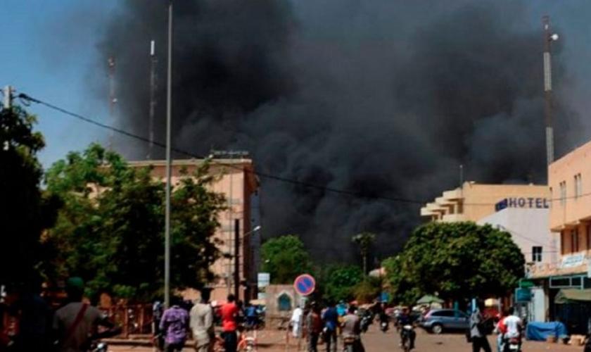Igreja foi incendiada após ataque que matou 6 fiéis em Burkina Faso. (Foto: Reprodução/Twitter)