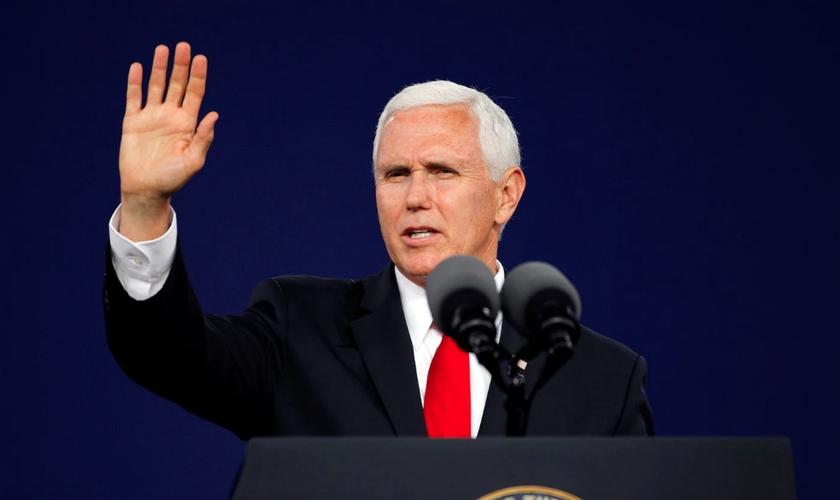 Vice-presidente dos EUA, Mike Pence, acena para o público no final de seu discurso na Liberty University. (Foto: Jonathan Drake/Reuters)