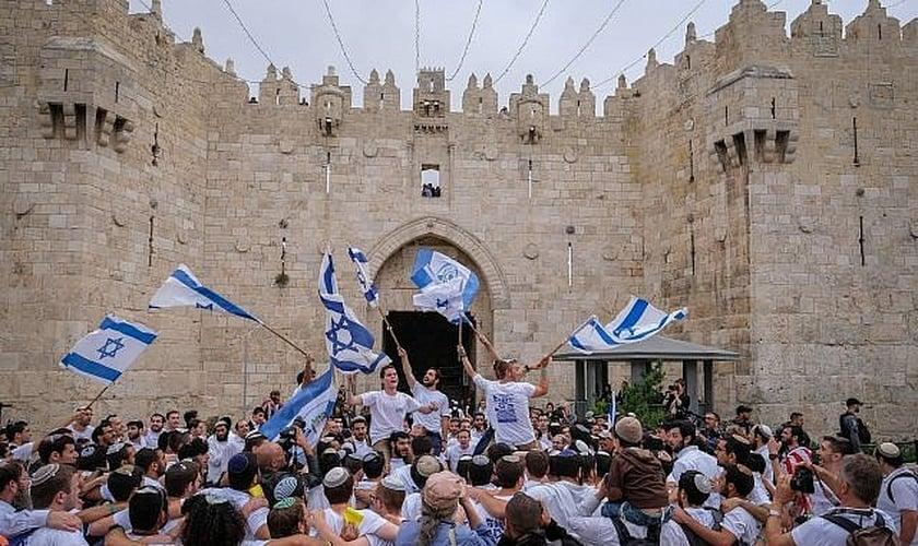 Judeus israelenses participam da dança da bandeira do Dia de Jerusalém no Portão de Damasco, na Cidade Velha de Jerusalém. (Foto: Nati Shohat/Flash90)