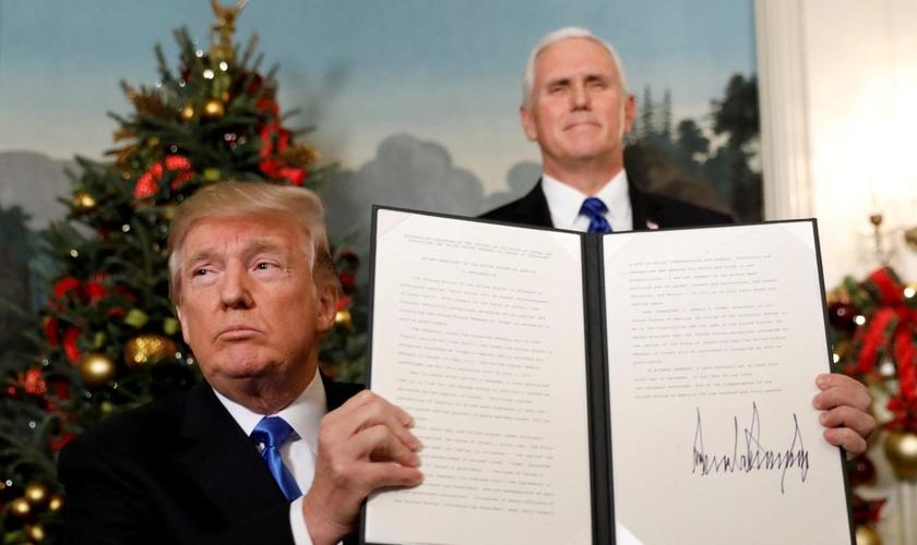 Presidente dos EUA, Donald Trump, com a proclamação da transferência de sua embaixada para Jerusalém, em dezembro de 2017. (Foto: Kevin Lamarque/Reuters)