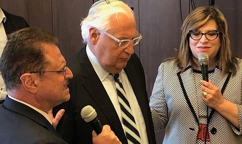 Embaixador dos EUA em Israel David Friedman (centro) ao lado do pastor Mario Bramnick (canto inferior esquerdo), presidente da Coalizão Latina para Israel. (Foto: Reprodução/JNS)