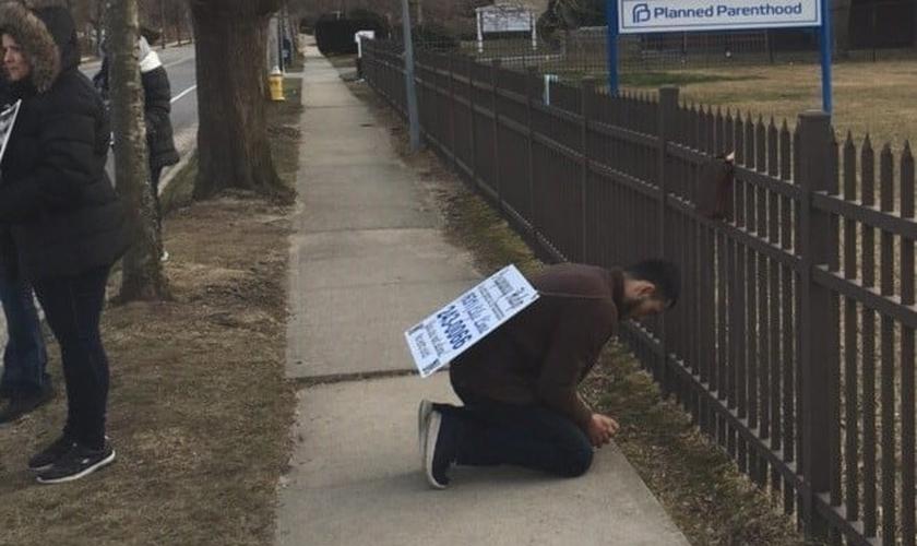 Oração em frente à clínica de aborto americana Planned Parenthood. (Foto: Reprodução/40 Days for Life)