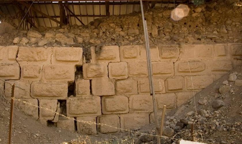 Muro quebrado pelo terremoto no castelo das Cruzadas encontrado em Tell Ateret, que foi construído inteiramente perto da fenda do Mar Morto. (Foto: Reprodução/Haaretz)