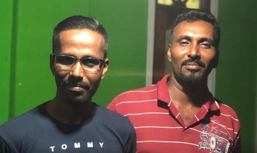 Arasaratnam Verl à direita, com seu irmão, Nithan, à esquerda. (Foto: Portas Abertas)