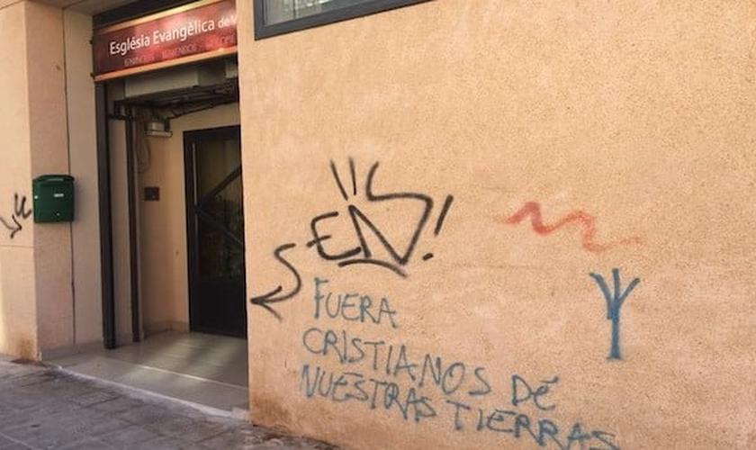 Fachada da igreja evangélica vandalizada. (Foto: Reprodução/Facebook)