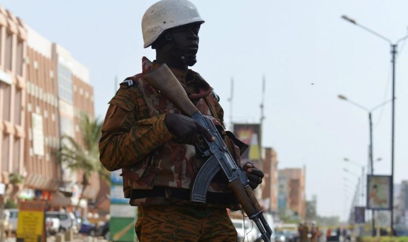Gendarme de Burkina Faso do lado de fora do hotel Splendid, após um ataque em Ouagadougou, em 16 de janeiro de 2016. (Foto: Issouf Sanogo/AFP)
