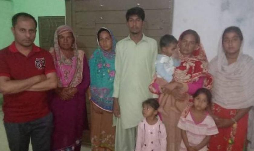 Zeeshan Masih, da BPCA (à esquerda), posa com membros da família Masih no distrito de Arif Wala Tehsil, na província de Punjab, no Paquistão, em maio de 2019. (Foto: Reprodução/BPCA)