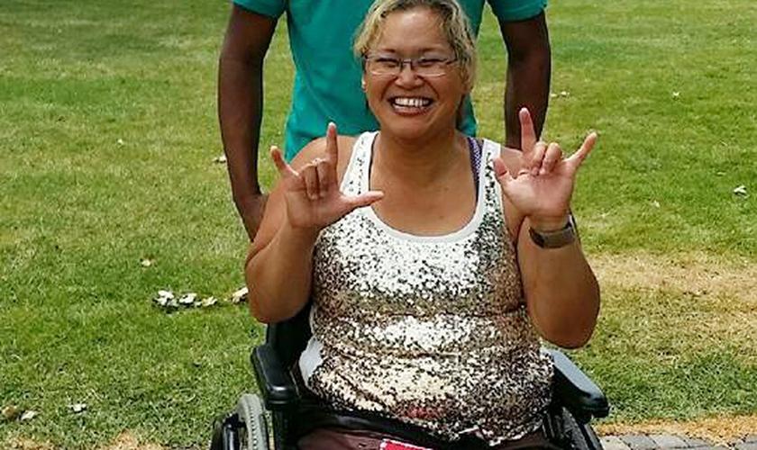 Dorice Russell, que é parcialmente surda, diz 'eu te amo' na linguagem de sinais. (Foto: Reprodução/Facebook)