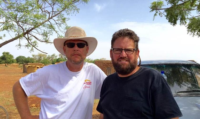 Jeff Riddering (esquerda) ao lado de seu irmão, Mike, que foi morto em ataque em Burkina Faso. (Foto: Arquivo pessoal)