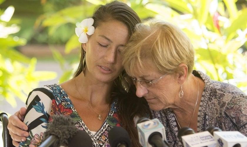 Amanda Eller, ao lado de sua mãe Julia Eller, antes de uma entrevista coletiva sobre seu resgate. (Foto: Craig T. Kojima/Honolulu Star)