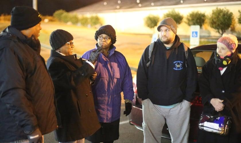 Valerie Carter Smith (segunda à esquerda) orienta voluntários do ministério antes de ministrar prostitutas em Richmond. (Foto: Pam Henderson/WMU)