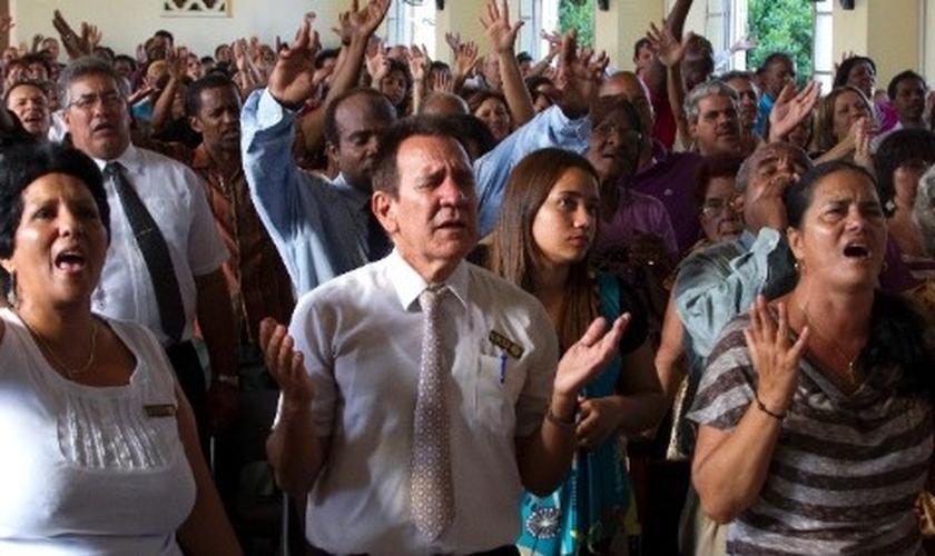 Evangélicos participam de culto em Cuba. (Foto: Jose Goitia/The New York Times)