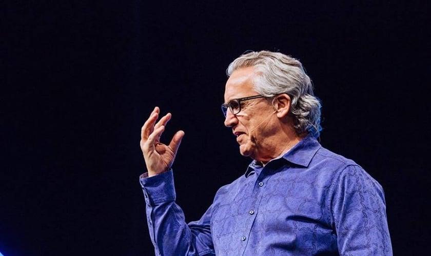 Bill Johnson, pastor da Bethel Church, ministrou na conferência Heaven Come, da Bethel Music. (Foto: Reprodução/Facebook)