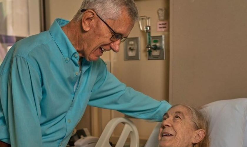 Frank Dewhurst visita Linda Nall após a cirurgia realizada no Houston Methodist Hospital. (Foto: Reprodução/Instagram)