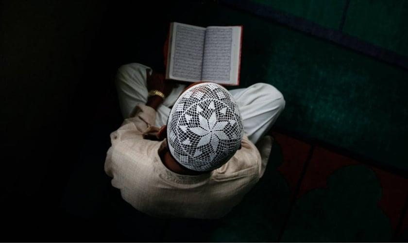 Imagem ilustrativa. Muçulmano segurando o Alcorão, livro sagrado do Islã. (Foto: Narendra Shresthaepa/EPA)