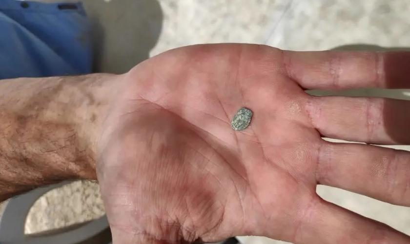 Moeda da era Hasmonean encontrada em uma escavação arqueológica em Shiloh, em junho de 2019. (Foto: Reprodução/Binyamin Spokesperson's Unit)
