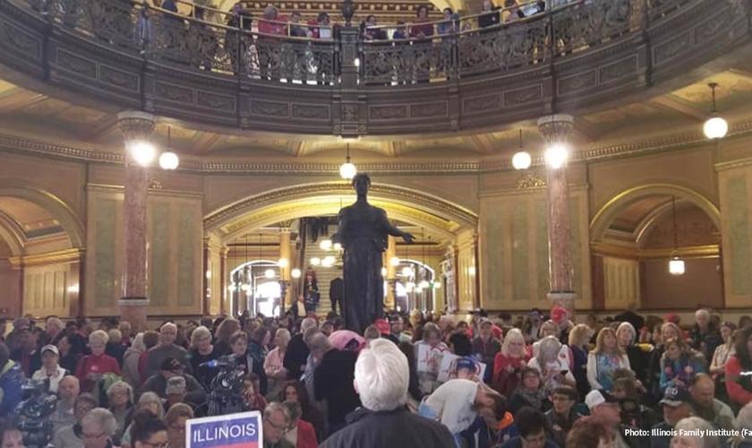 Parlamento de Illinois com pessoas pró-vida protestando contra o aborto instituído no estado em todas as fases da gravidez. (Foto: Illinois Family Institute/Facebook)