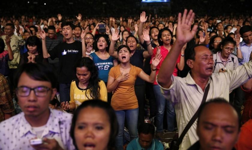 Cristãos indonésios cantam em evento de Natal no estádio Gelora Bung Karno, em Jacarta. (Foto: Reprodução/Reuters)