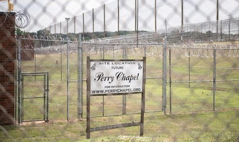 Placa na Perry Correctional Institution, designando a futura localização da Capela Perry. (Foto: Matt Burkhartt)