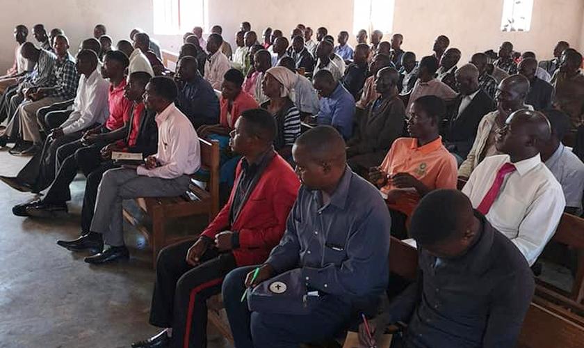 Pastores de aldeias da África receberam treinamento bíblico de líderes brasileiros no Malawi. (Foto: Missão Mãos Estendidas)