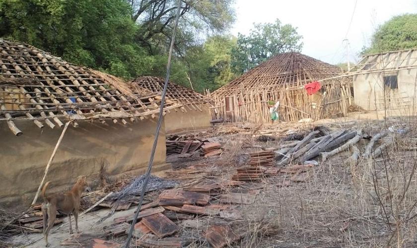 Casas dos cristãos tribais foram destruídas pelos aldeões em Chhattisgarh, na Índia. (Foto: Reprodução/Morning Star News)