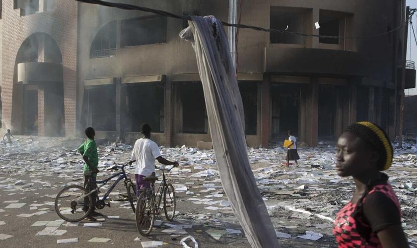 Ataques de terroristas matam 19 pessoas e ferem 13 no norte de Burkina Faso. (Foto: Reprodução/Reuters)