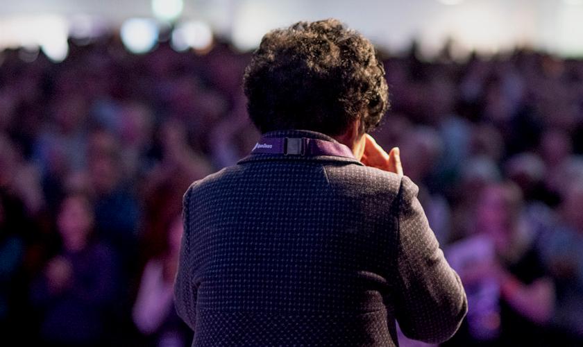 Mulher que viveu na Coreia do Norte conta seu testemunho em igreja. (Foto: Portas Abertas)
