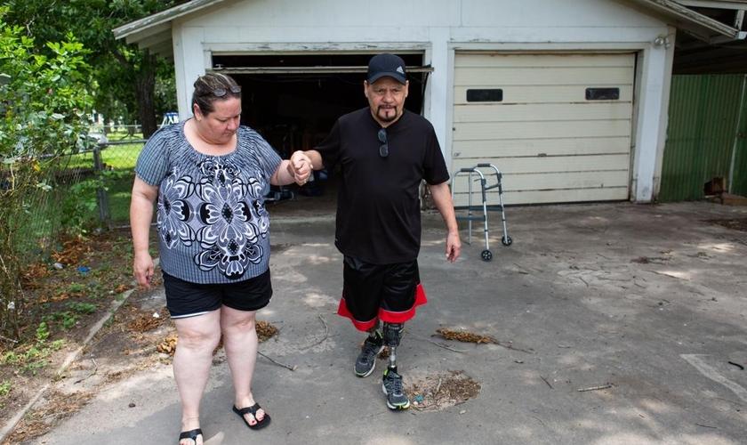 Gracie Salazar ajuda seu marido Armando Salazar a andar após recuperação de parada cardíaca. (Foto: Reprodução/Victoria Online)