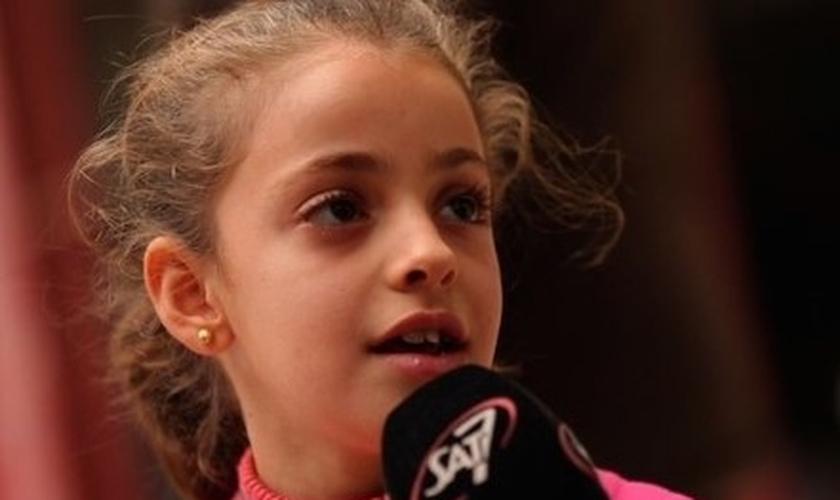 Myriam, uma garota cristã iraquiana que surpreendeu o mundo quando perdoou o Estado Islâmico por seu ataque terrorista. (Foto: Reprodução/SAT-7)