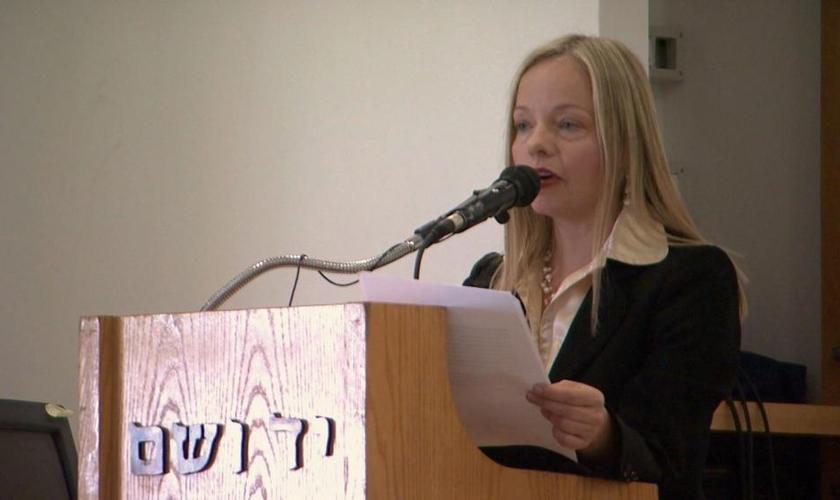 """Susanna Kokkonen lança """"Hope for Persecuted People"""", para unir forças entre cristãos e judeus contra a perseguição religiosa. (Foto: Reprodução/CBN News)"""