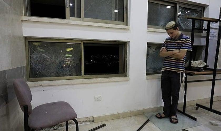 Um dos estudantes que estava dentro de uma escola religiosa judaica em Sderot, Israel, depois de ter sido atingido por um foguete lançado da Faixa de Gaza, quinta-feira, 13 de junho de 2019. (Foto: Tsafrir Abayov/AP)