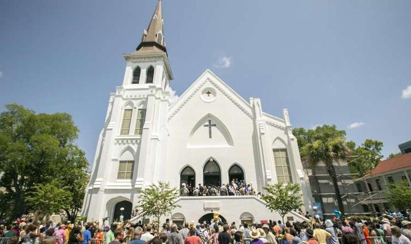 Pessoas se reúnem em frente à Igreja Emanuel em Charleston após tiroteio que matou nove pessoas. (Foto: Stephen B. Morton/AP)