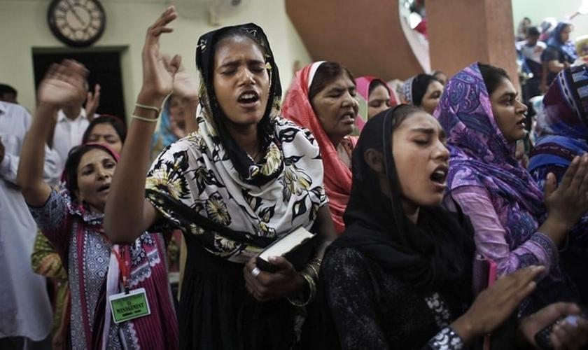 Cristãos adoram em uma igreja em Lahore, Paquistão. (Foto: Reprodução/Getty)