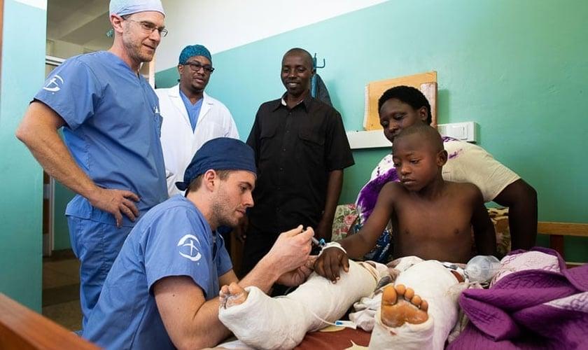 Médicos cuidam de Amié, de 9 anos, depois de uma cirurgia extensa em suas pernas. (Foto: David K. Morrison/Samaritan's Purse)